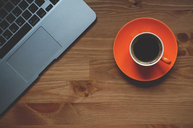 Kopje koffie bij de laptop